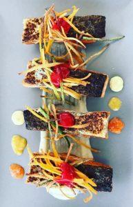 salmone con verdure croccanti, purea di mela e topinambur e coulis di lamponi